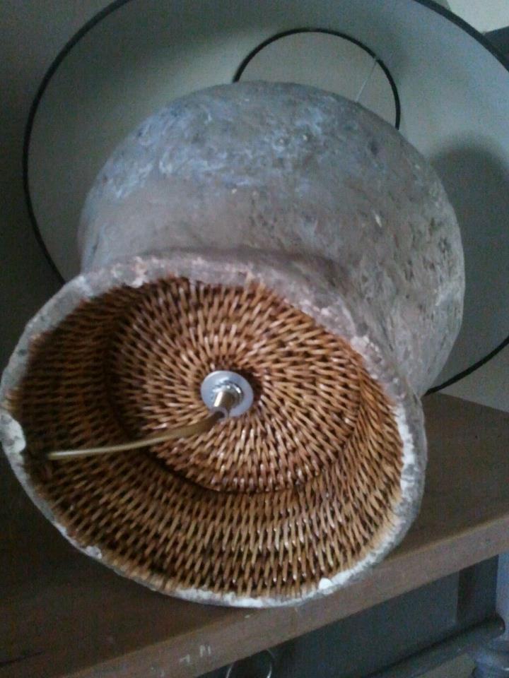 Hier aan de onderkant van de lamp, kun je nog duidelijk het rotan zien ...