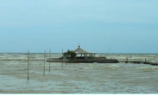 Syeh Mudzakir Wali Yang Makamnya Dikepung Air Laut