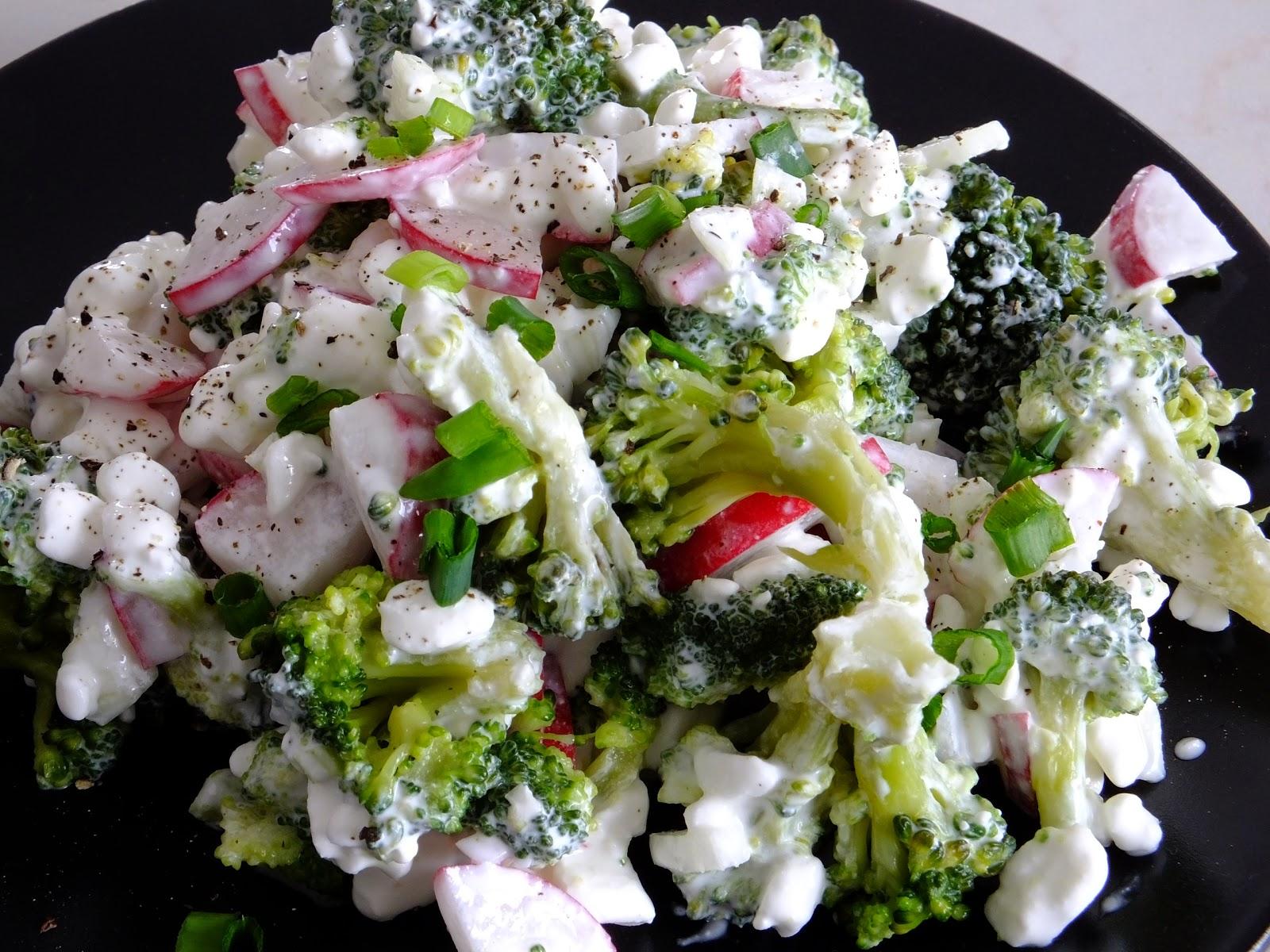 Sałatka brokułowa z serkiem wiejskim