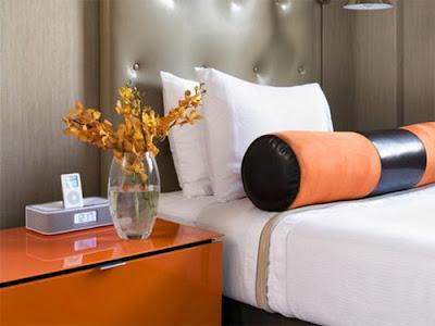 quarto de casal cinza e laranja