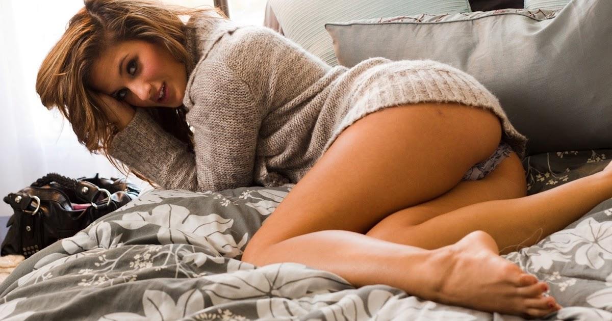 Сексуальная русская девица снимает колготки