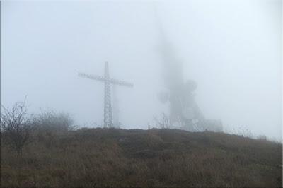 Cruz de Zaldiaran semioculta por la niebla