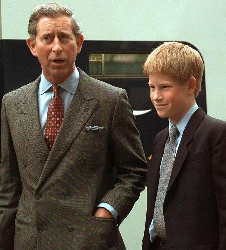 принц Чарльз и принц Гарри покидают станцию Ватерлоо на поезде, отправляющемся во Францию.