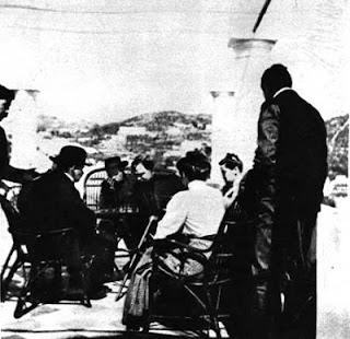 Partida de ajedrez de Lenin con Gorki (1908) - publicado por el blog Revolución Cultural V.+I.+Lenin,+a+guest+of+A.+M.+Gorky.+Playing+chess+with+A.+A.+Bogdanov.