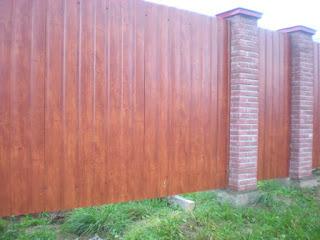 Забор из профлиста под дерево, камень. Фото 5