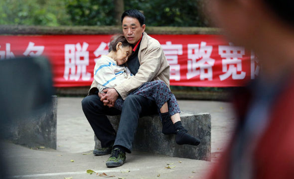 Kasih Sayang Pemuda Ini Pada Ibunya Menuai Pujian