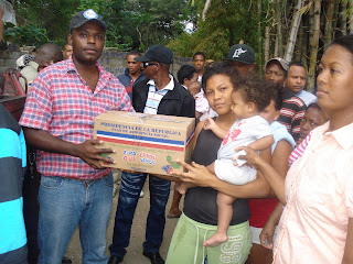 Gobernador Gamalier Montás distribuye canastas en Villa Progreso y Alfa 6