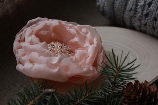 текстильные цветы, цветы из шелка, шелковые цветы, брошь в форме цветка, настроение своими руками, нежная брошь, брошь-цветок, цветочная брошь, красивое украшение