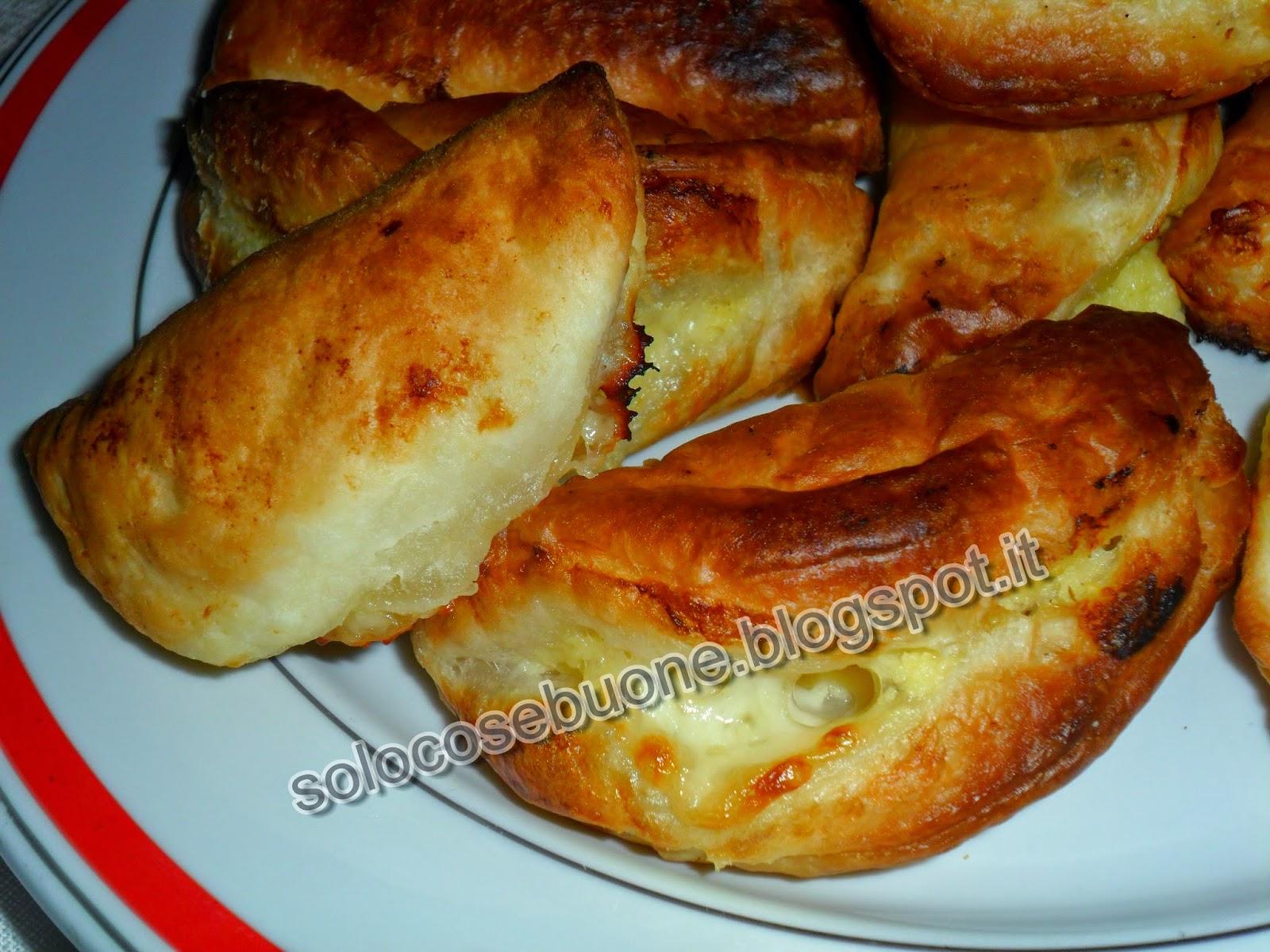 panzerotti di sfoglia con ripieno di patate e formaggio