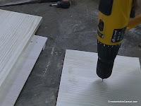 Taladrar agujero guía en la madera a cortar. www.enredandonogaraxe.com