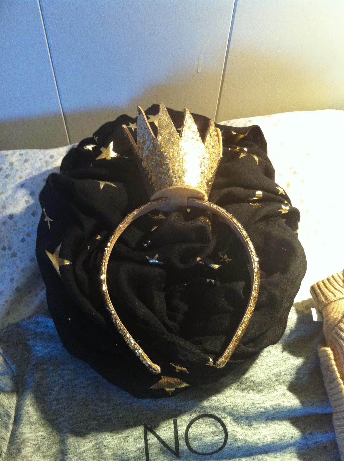 Corona dorada H&M, bufanda negra con estrellas H&M