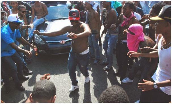 bombas lacrimógenas Alcohol, droga, tiros en el entierro de Monkey Black