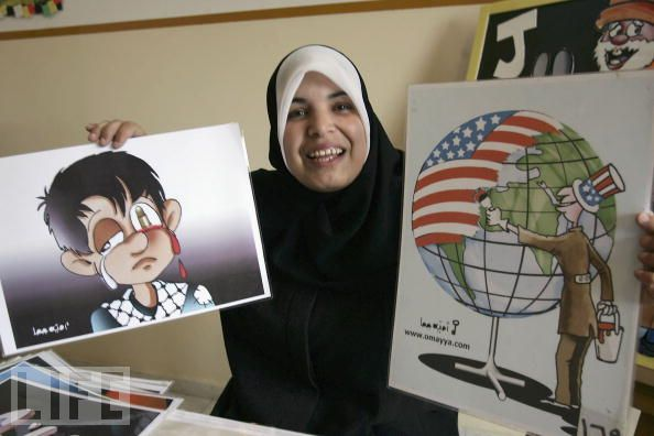 La humorísta gráfica Omayya Joha con dos de sus viñetas