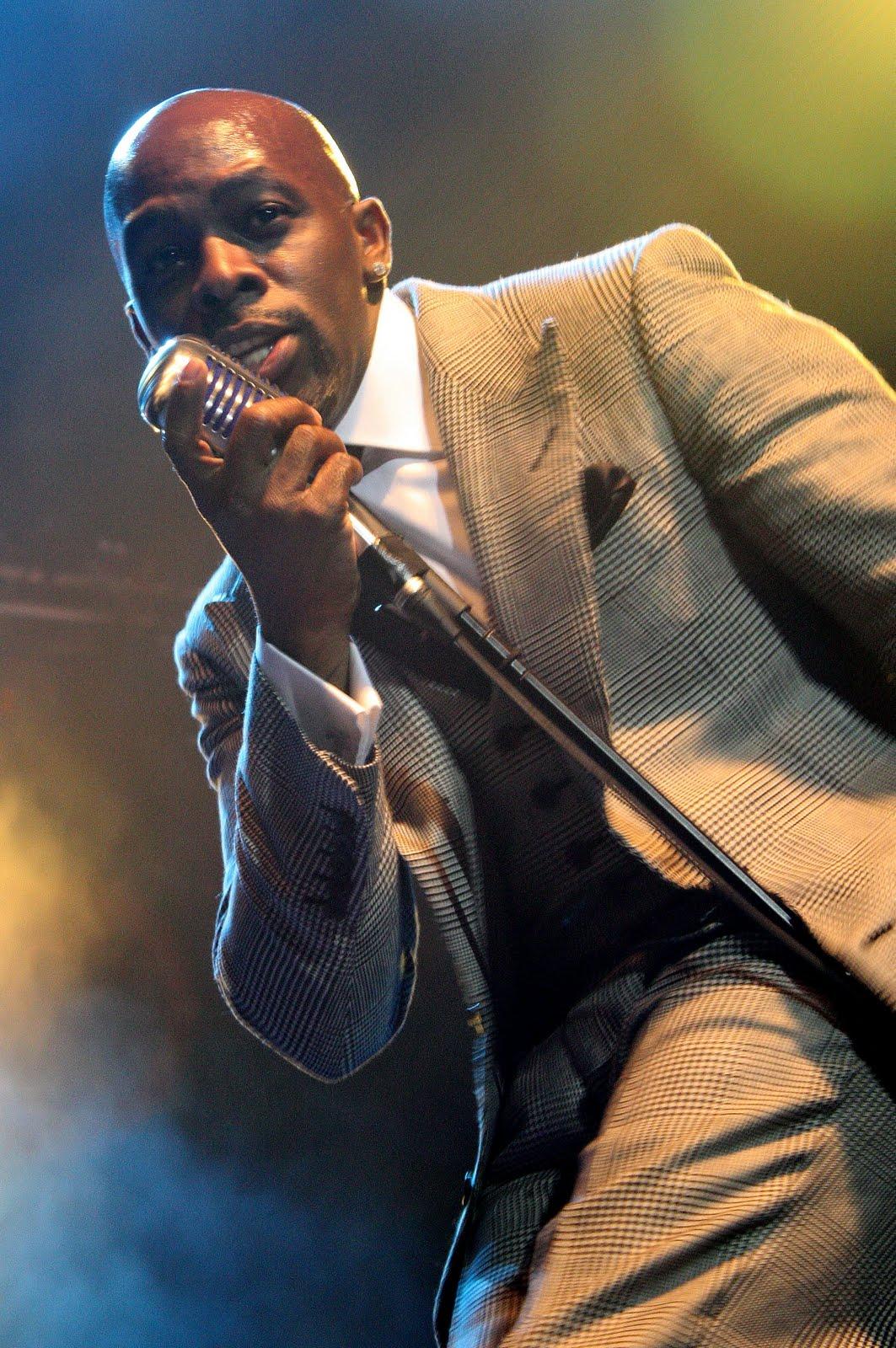 http://1.bp.blogspot.com/-gXslB71-czs/TeUdewTV3dI/AAAAAAAABvc/u1PM9skwDNI/s1600/joe+thomas+live+on+stage+suit.jpg