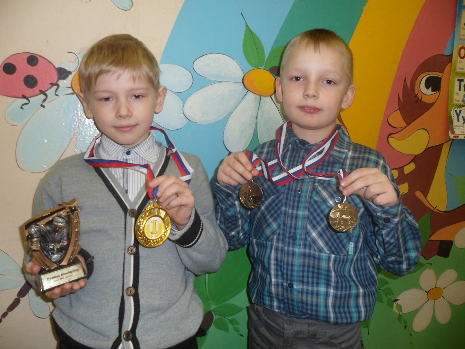 Ребенок с медалью фото