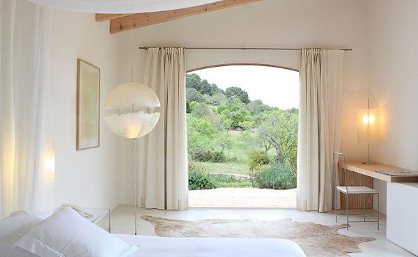 habitacion blanca con vistas al jardin