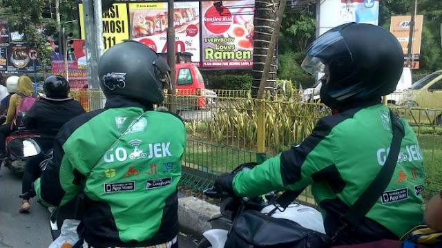 GoJek sudah mulai terlihat di jalanan kota Medan . . selamat datang GoJek . .