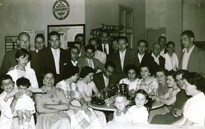 Familia y participantes en el II Torneo Nacional de Ajedrez de La Pobla de Lillet 1956