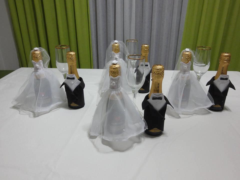 Botellitas de champagne vestidas y personalizadas