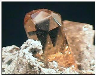 Kilap intan pada mineral topaz
