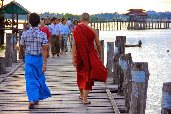Monje budista paseando por el puente U-Bein
