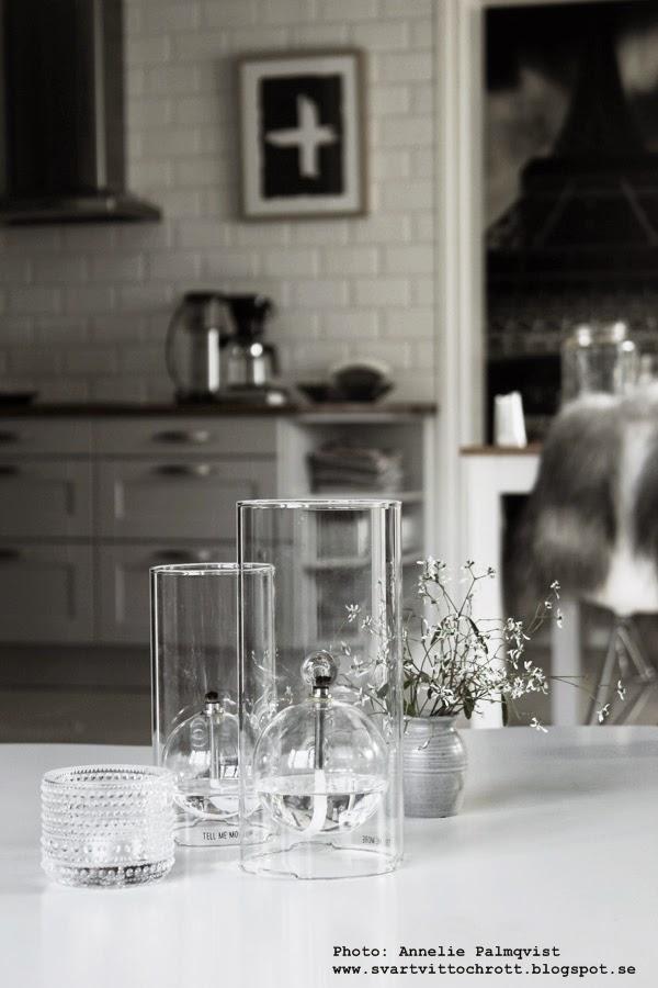 oljelampa, oljelampor, lampa med olja, lampolja, ljsustake, ljusstakar, detaljer, soffbord, vardagsrum, matsal, matsalen, konsttryck, tavlor, artprint, prints, kors,