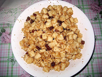 Recept: Makarone [testo, rezanci] sa suvom grozdjem i prezlama