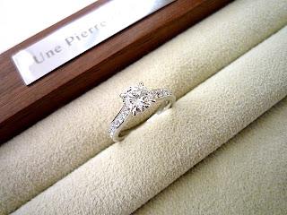 デザインは指にぴったりのデザインでフルオーダーで婚約指輪(エンゲージリング)を作りました。