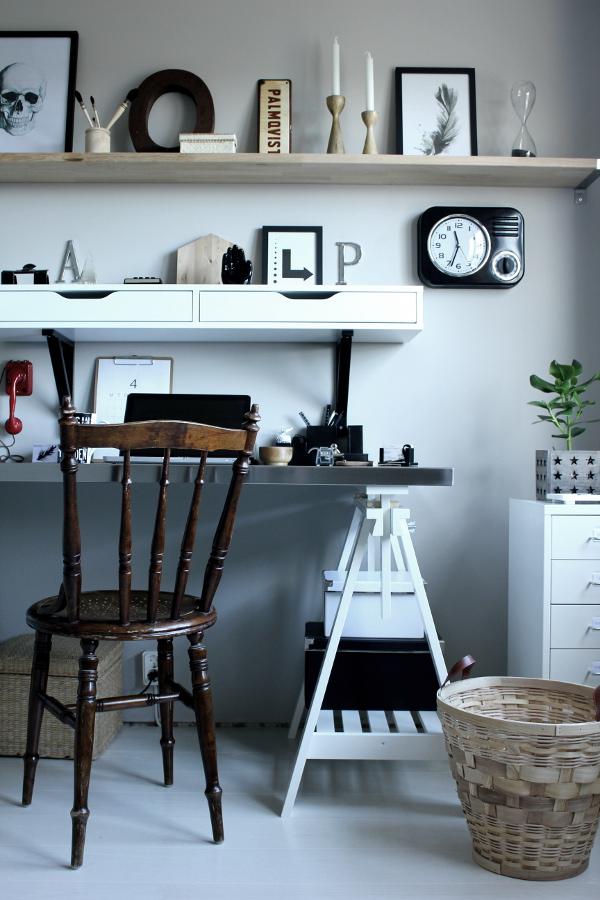 renoverat arbetsrum, bilder före och efter renovering, arbetsrum i grått och vitt, vit parkett, tarkett, epoque ask white pearl, ikea, arbetsbord, skrivbord ikea, print svart och vit, fjäder print, skrivbordslampa silver, rostfri bordsskiva på vita bockar, rostfritt, prints, stämplar, röd gammal telefon, inspiration arbetsrum, inredning arbetsrum, bokstäver på väggen, gamla skyltar, gamla svarta stämplar, svart och vit mugg med text, skrivbordsstol, grå målad vägg i arbetsrummet, grå vägg, svarta och vita detaljer, svart och vit hylla från ikea, svart fräck klocka, em möbler, blockkub, svart och vitt motiv på kub, coolt arbetsrum, svarta och vita tavlor, dödskalle i svartvitt, fjäder i svartvitt,