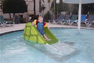 Christkind auf der Wasserrutsche