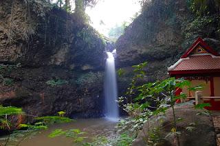Selain kemudahan aksesnya, Bandung juga memiliki banyak tempat wisata menarik sehingga ramai  dikunjungi wisatawan yang berdomisili di sekitar Bandung. Apa saja tempat wisata di Bandung  yang wajib dikunjungi? Berikut adalah tempat wisata di Bandung yang wajib dikunjungi:   1. Kawah Putih Ciwidey      Terletak di Ciwidey, sekitar 50 KM di selatan Bandung, Kawah Putih Ciwidey adalah salah satu  tempat wisata di Bandung yang paling populer, terutama di kalangan pecinta wisata alam. Kawah  Putih Ciwidey, sesuai dengan namanya adalah sebuah kawah vulkanik dengan tanah yang  bewarna putih. Warna putih ini karena terdapat kandungan belerang pada tanahnya. Keunikan  utama dari kawah putih adalah airnya yang selalu berubah warna.   2. Gunung Tangkuban Perahu      Berada sekitar 20 KM di utara kota Bandung, Gunung Tangkuban Perahu adalah gunung berapi  yang terletak di Lembang. Keunikan dari Gunung Tangkuban Perahu adalah bentuknya yang  menyerupai sebuah perahu terbalik, sesuai dengan legenda yang mengatakan bahwa Gunung  Tangkuban Perahu berasal dari perahu yang ditendang hingga terbalik oleh Sangkuriang. Gunung  Tangkuban Perahu adalah sebuah tempat wisata alam yang sudah menjadi salah satu tempat  wisata di Bandung yang paling terkenal.   3. Kampung Gajah      Kampung Gajah yang terletak di Bandung utara merupakan sebuah kawasan wisata terpadu.  Apapun jenis wisata yang anda inginkan, dapat anda temukan di Kampung Gajah. Mulai dari  wisata belanja, wisata kuliner, hingga berbagai jenis permainan air dan darat dapat anda temukan  di Kampung Gajah sehingga kawasan wisata ini sangat cocok untuk keluarga.