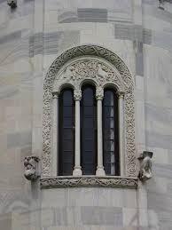 Trifora finestra divisa in tre parti tramite due colonnine