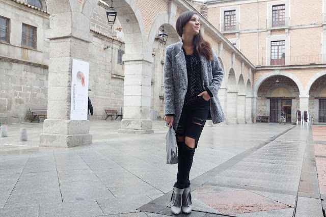 look-ripped-jeans-black-grey-fringes-flecos-boots-trends-gallery