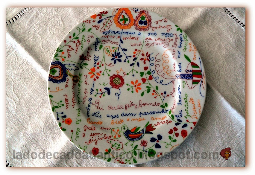 Foto de prato com estampa alusiva aos Lenços de Namorados ou Lenços de Pedido, com elementos e frases tradicionais do artesanato do Minho, Portugal