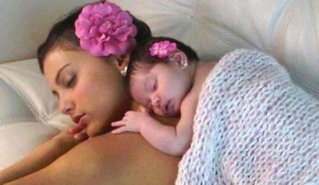 Image bébé dort avec maman