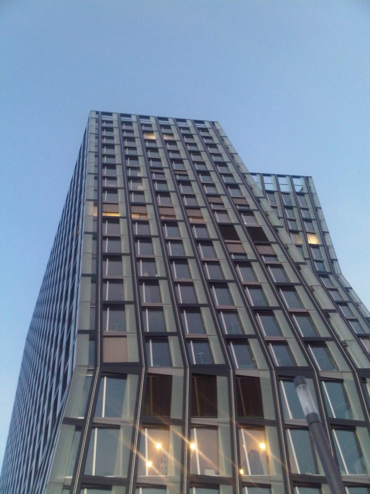 Tanzende Türme auf St. Pauli. Sonnenreflexion in den Fenstern.