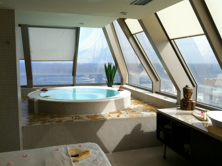 Bedroom With Jacuzzi   On The Way To The Apartment Your Dreams