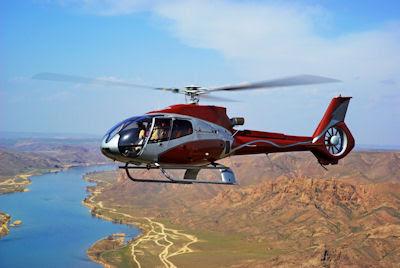 Helicóptero sobre el río cruzando el desierto - Helicopter