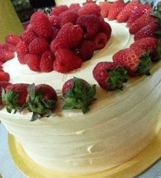 WHITE CAKE WITH RASBERRY FILLING