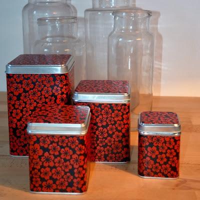 http://www.monuniverspapier.fr/boites-en-metal-recouvertes-de-papier-japonais-laque/497-boites-metalliques-carrees-gigognes-recouvertes-de-papier-japonais-laque-rouge-et-noir.html