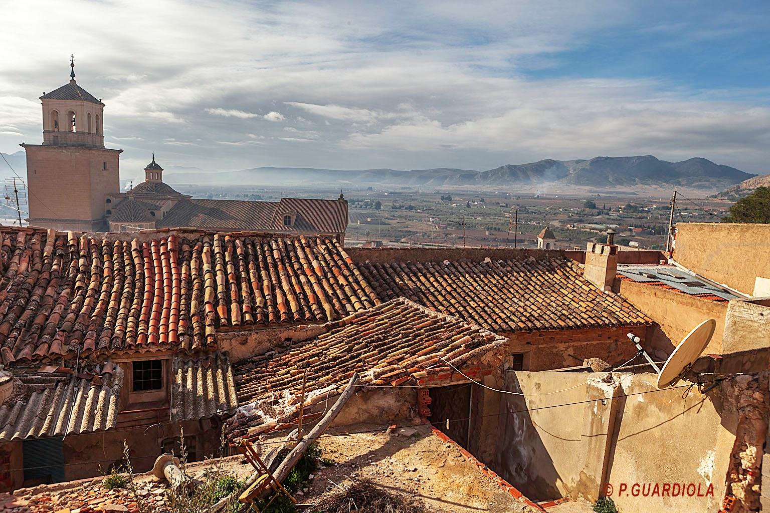 La silueta de la iglesia se alza sobre las casas derruidas
