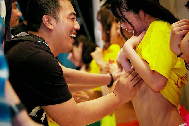 Γυναίκες πορνοστάρ προτάσσουν τα στήθη τους για φιλανθρωπικό σκοπό