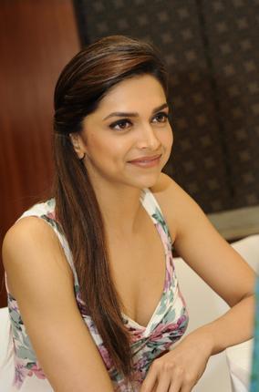 Deepika Padukone Stunning Hot N Sexy Pics (20 Pics)