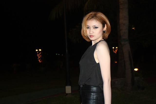 Quelques clichés d'une jeune femme moderne, un peu colorée et aguicheuse avec l'objectf. Série prise lors d'une soirée de gala à l'Himawari, Phnom Penh. Photos C.Gargiulo + 855 087 261 019
