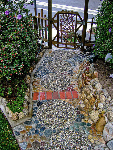 Casual Casa Cool River Rock Pebble Walkway