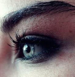Extraños, mirándose a los ojos