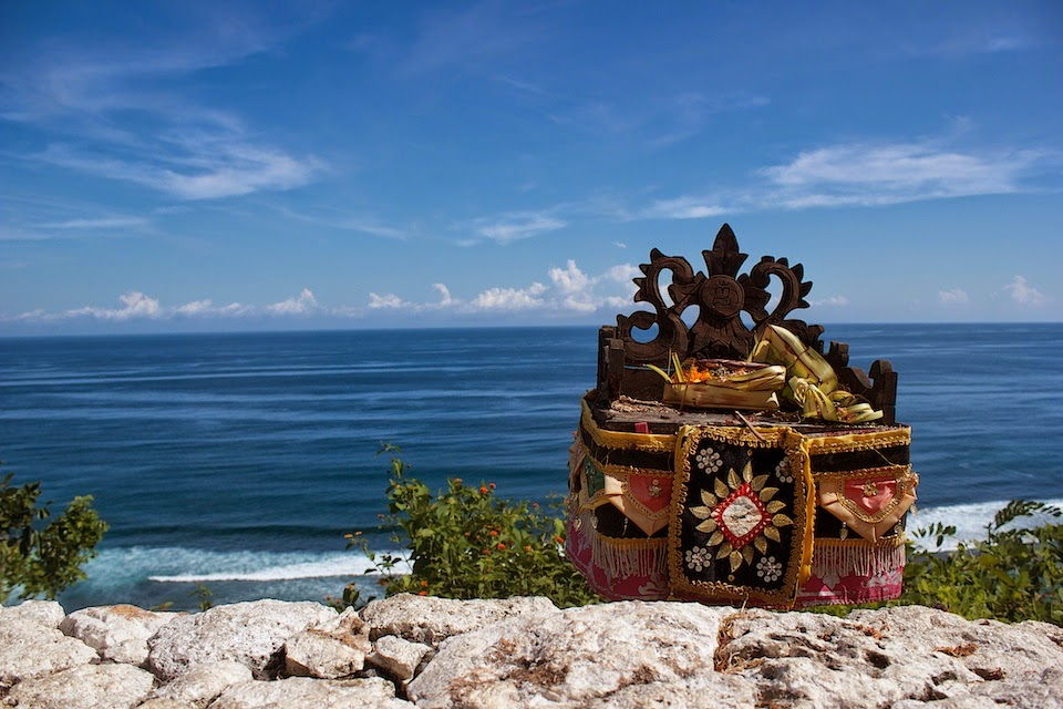 """Подношения и """"алтари"""" на Бали везде"""