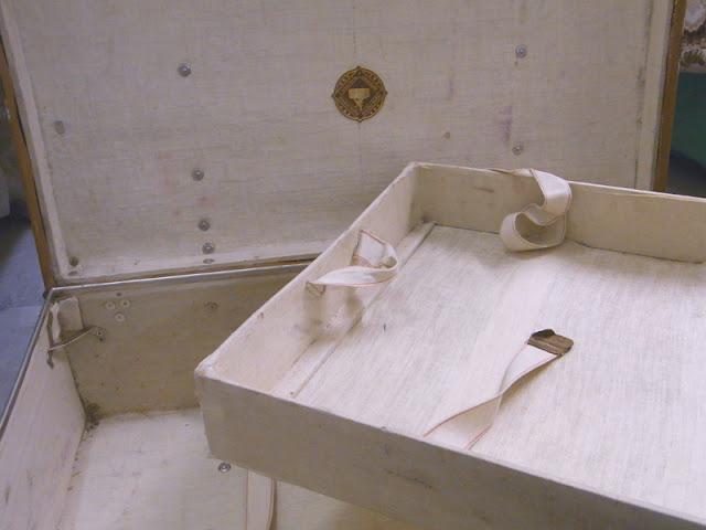 Vintage Shabby Überseekoffer Moritz Mädler Leipzig, mit 2 Etagen für Hemden, innen ist der Koffer mit Textil / Leinen ausgeschlagen