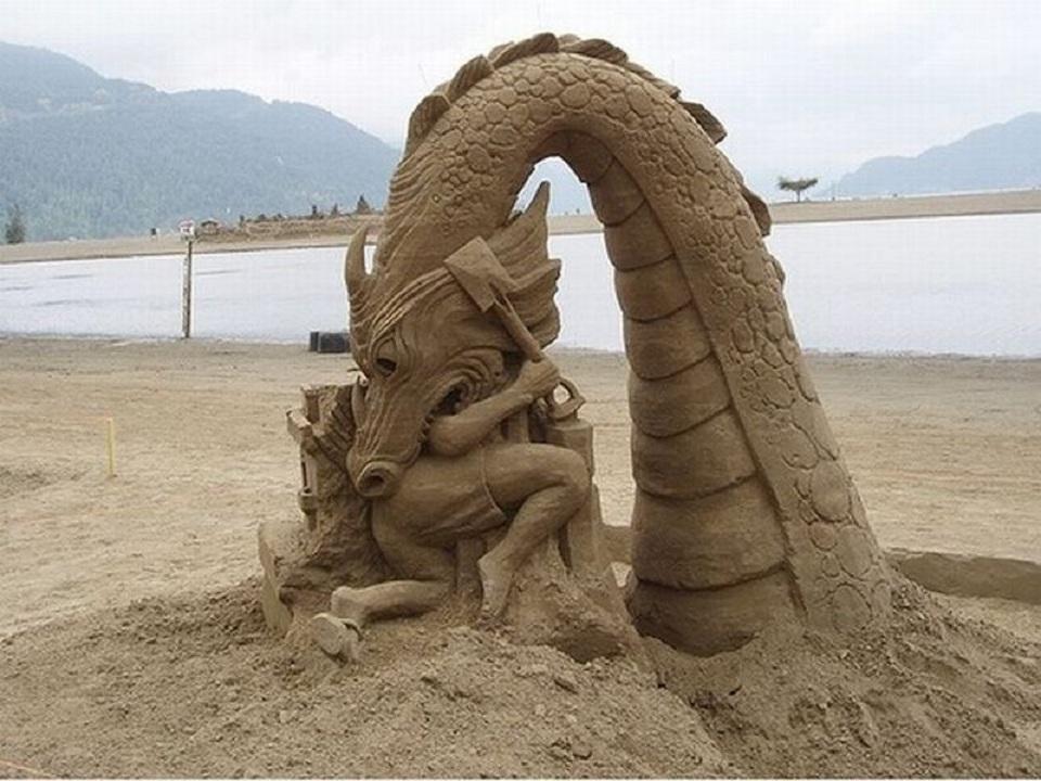 ARTE - ESCULTURAS DE ARENA - Página 2 Escultura+de+arena+de+un+dragon+comiendose+a+un+ba%C3%B1ista
