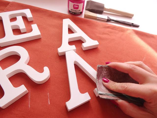 letras de madera sobre lienzos
